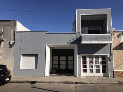 Soleada casa 3 dormitorios, fondo, garage, en el centro de San Carlos