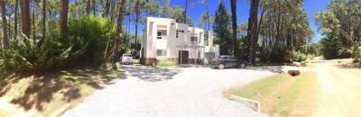 exclusiva casa en Laguna Blanca, barrio privado, en un calmo bosque pinos