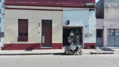 Casa colonial en centro de la ciudad, 3 habitaciones, cocina, baño y patio. Local comercial con baño contiguo a la casa. Llaves 15