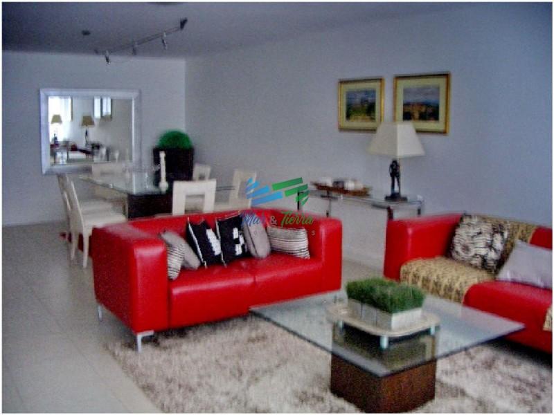 Apartamento de 3 dormitorios con muy buenos servicios en alquiler en Punta del Este