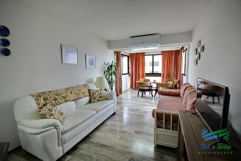 Muy  lindo apartamento ubicado sobre playa brava, cuarto piso,  con ambientes amplios.