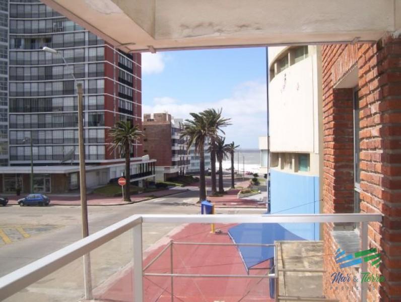 Apartamento a 1 cuadra de la Playa Brava y a 3 cuadras del Puerto.