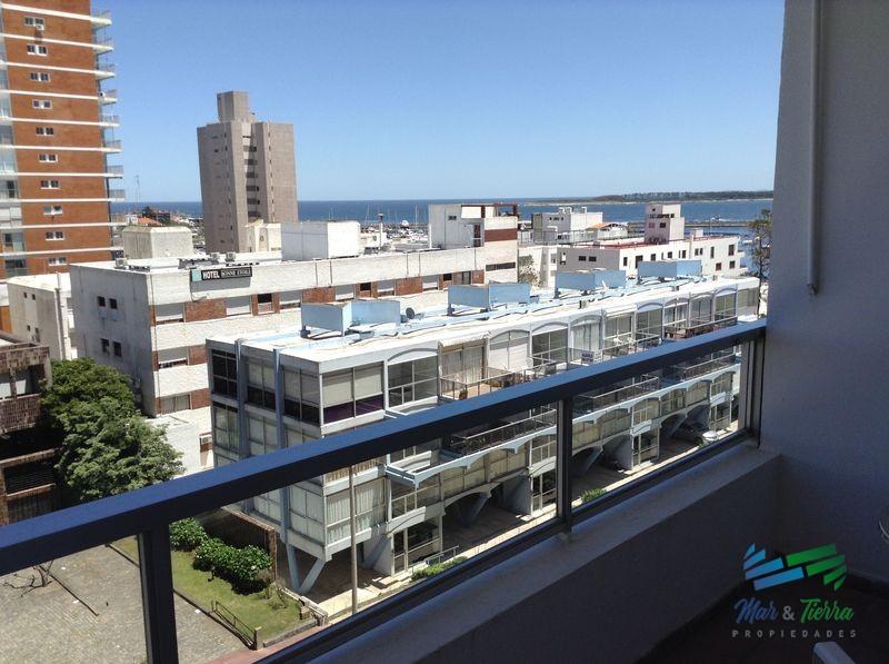 Muy lindo apartamento reciclado en plena Península, a pasos del Puerto.
