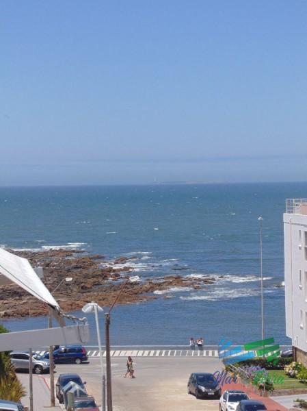 En venta apartamento de 1 dormitorio en Peninsula, con vista parcial al mar.