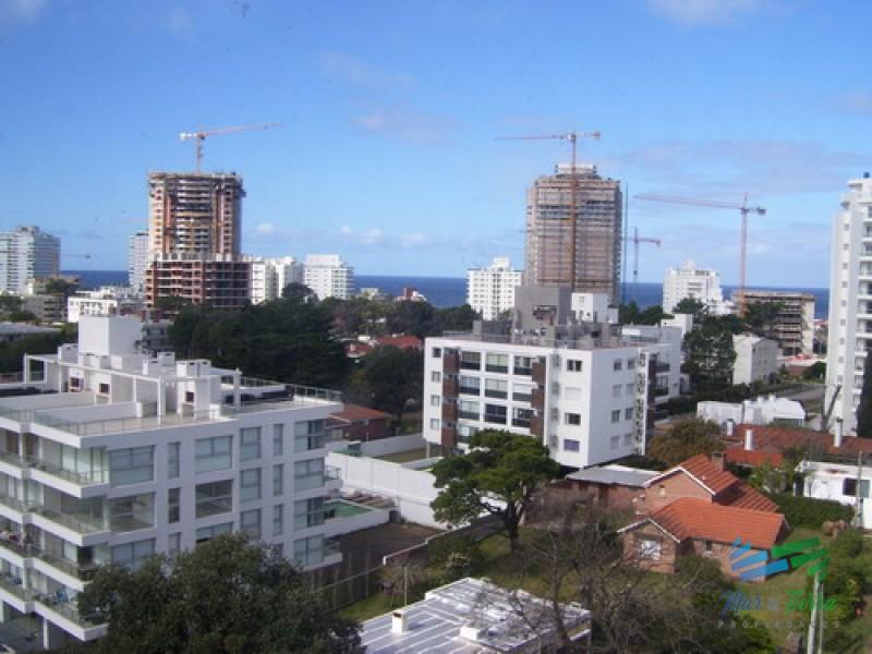 Vendo apartamento monoambiente dividido con 1 dormitorio en Aidy Grill, Punta del Este.