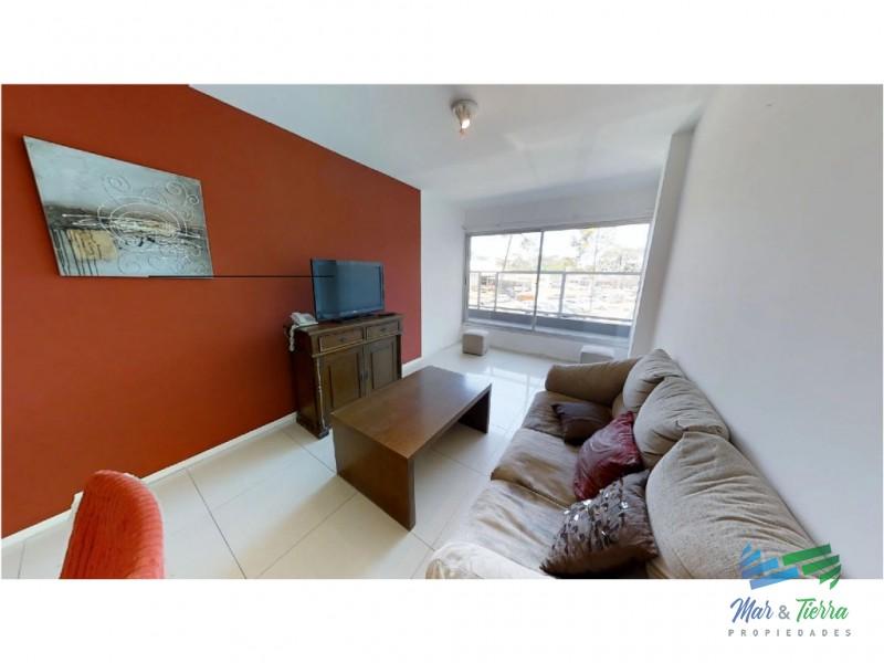 Apartamento en venta de 2 dormitorios, con servicios, en Punta del Este.