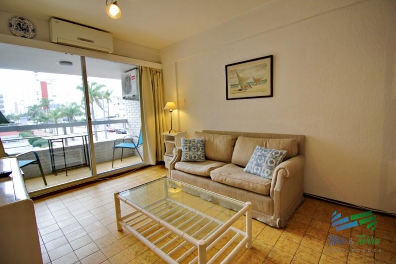 Vendo apartamento 2 dormitorios a 1 cuadra del puerto, con vista parcial, Peninsula, Punta del Este.