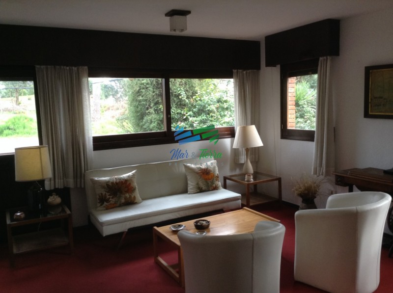 Se vende casa de 6 dormitorios en Punta del Este, zona Cantegril. Ideal para hostel.