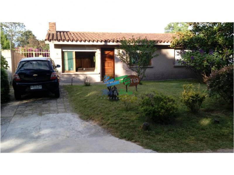 Preciosa casa en zona muy tranquila, con amplio jardin y cochera.
