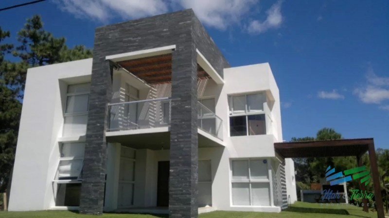 Vendo casa 5 dormitorios con piscina en Rincon del Indio, playa brava, Punta del Este.