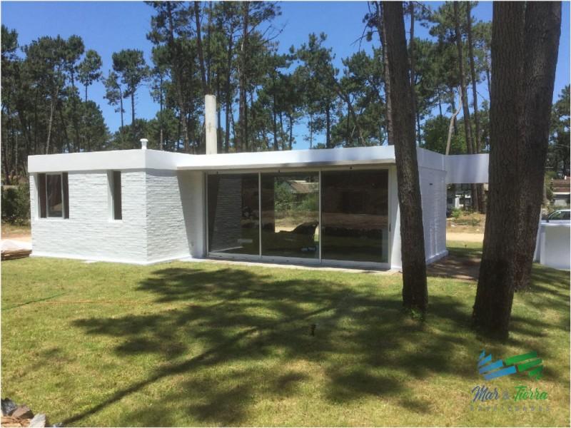 Se vende casa a estrenar de 2 dormitorios en Pinares, Punta del Este.