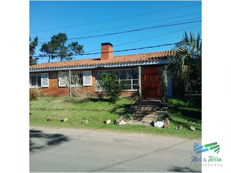 Casa recicalda con piscina en venta en barrio Cantegril, Punta del Este.