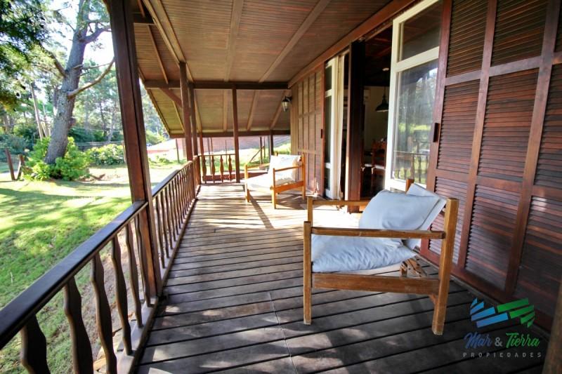 Vendo casa 4 dormitorios, terreno grande en Pinares a 3 del mar, Punta del Este.