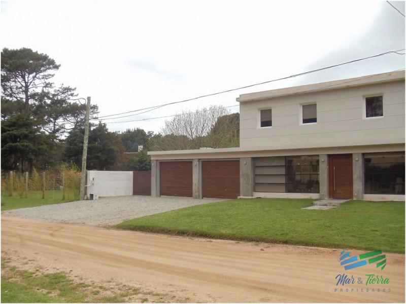 Casa de 4 dormitorios en alquiler y venta cerca de la playa en Rincón del Indio, Punta del Este.