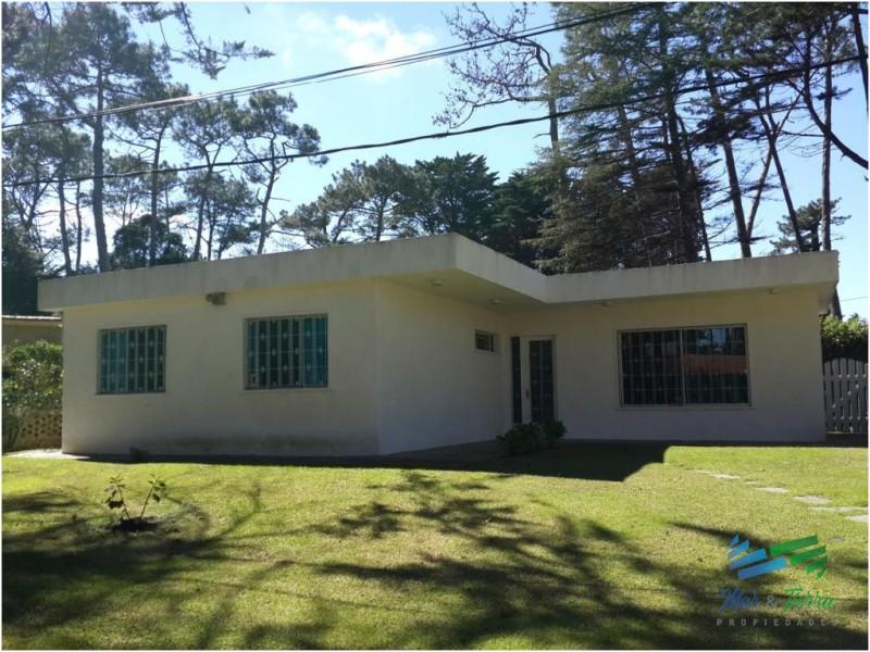 Casa en venta. Estilo tradicional, zona San Rafael. Punta del este. Cuenta con tres dormitorios.
