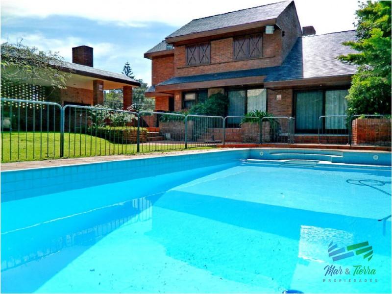 Vendo gran casa con Piscina a 1 cuadra de la playa Brava, Rincon del Indio, Punta del Este.