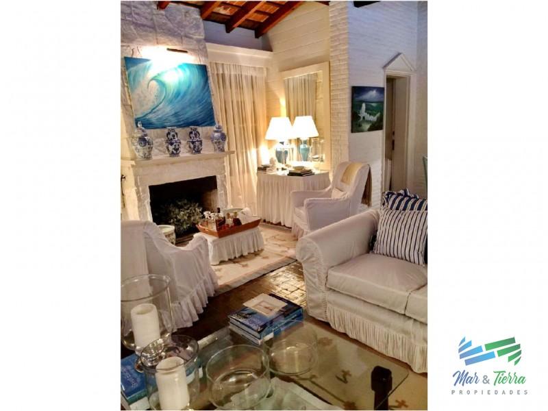 Casa en venta. A seis cuadras del mar.  Cuenta con tres dormitorios.