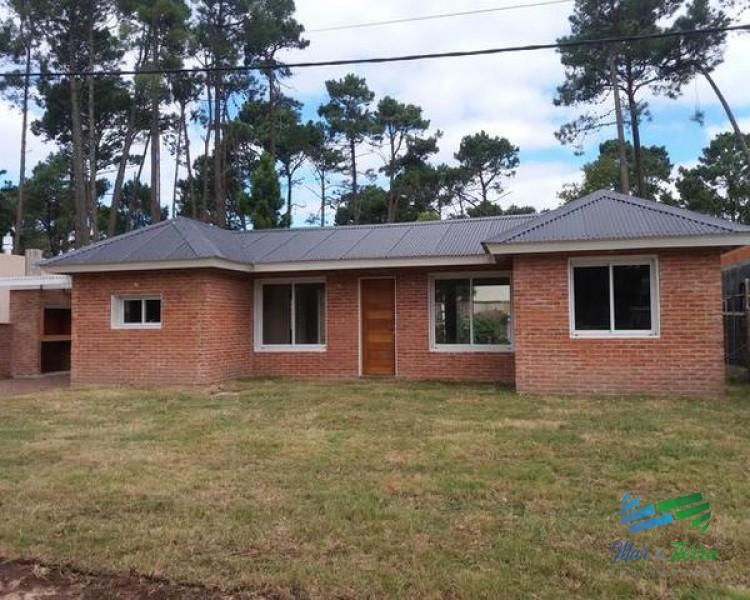 Casa de 2 dormitorios a estrenar en venta en Punta del Este, zona Pinares.