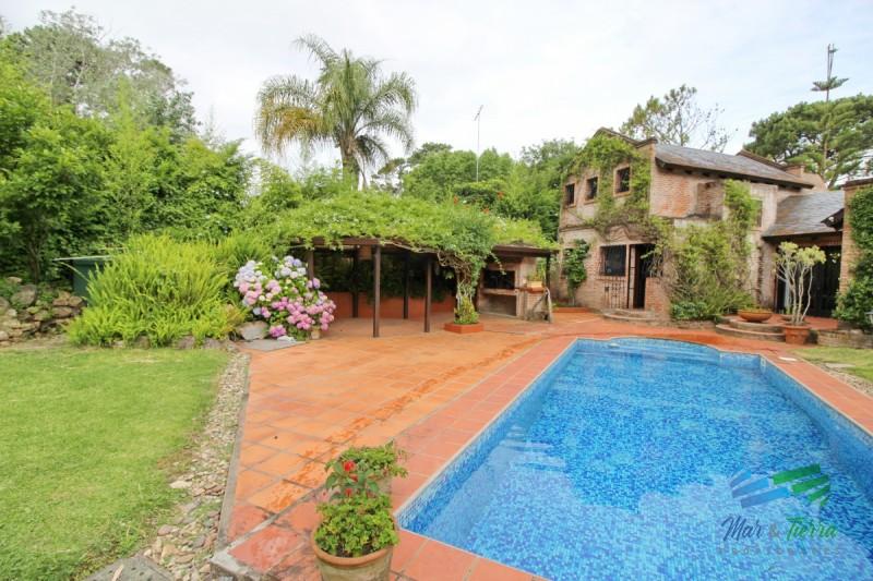 Casa en alquiler...  Linda casa, ubicada en Rincon del Indio. Cuenta con amplio jardin y piscina exterior. A cuatro cuadras del mar.