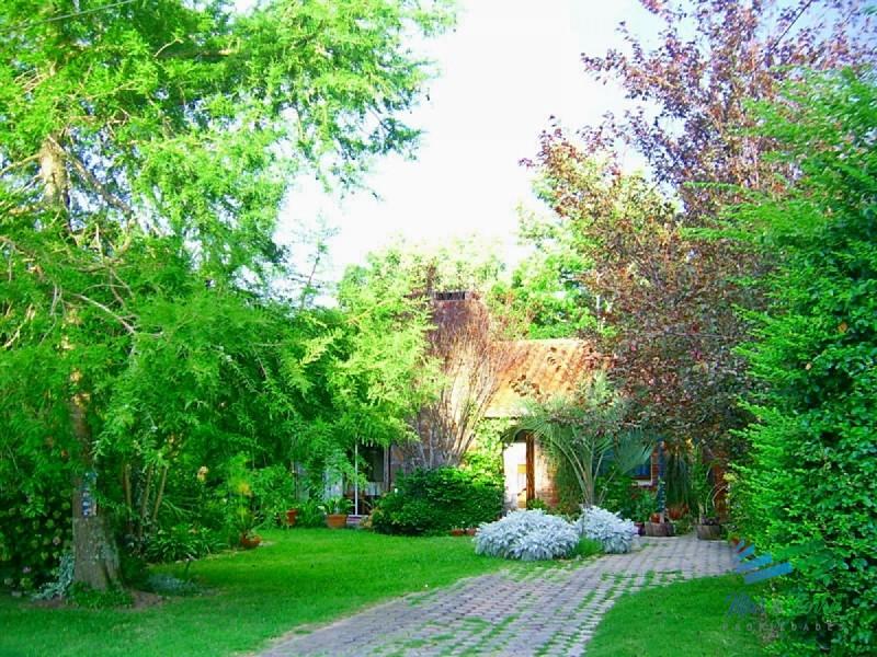 Se vende casa en barrio semi-privado, en Altos del Pinar, cerca de Maldonado.
