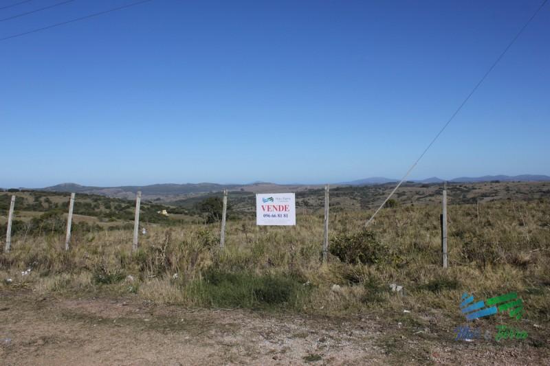 Chacra turistica de 5 has. sobre ruta 12 a 30´ de Punta del Este.