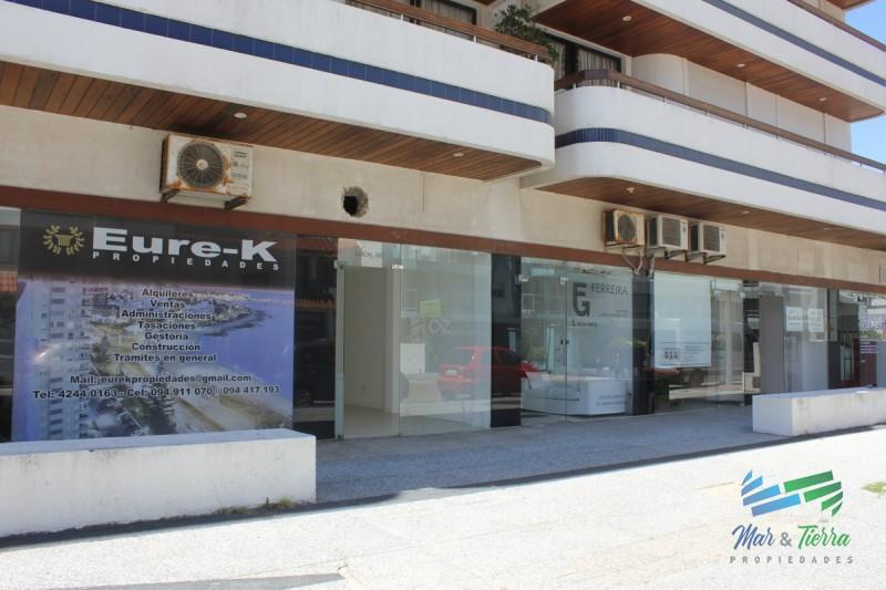 Se alquila o vende local a la calle en Punta del Este, zona Peninsula.