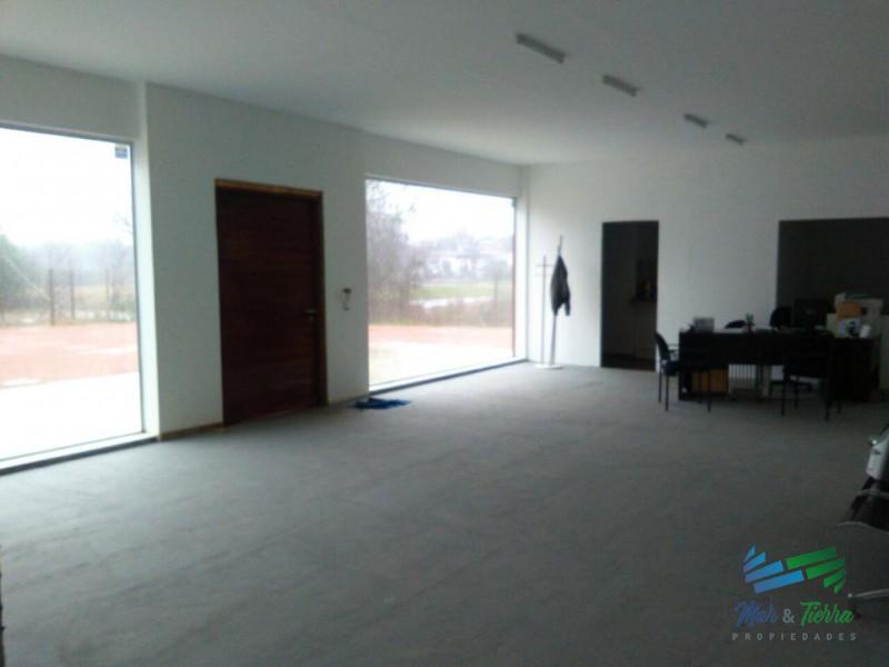 Excelente galpon con oficinas, 600 m2, en Maldonado.