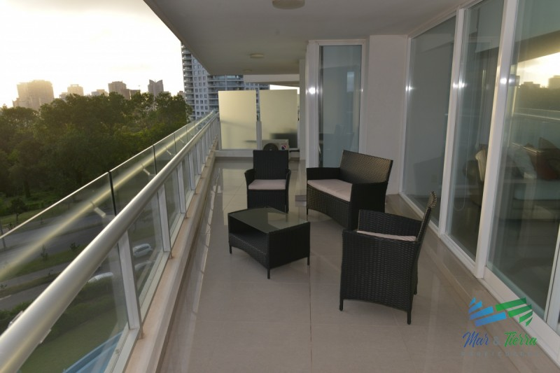 En venta apartamento 4 dormitorios en suite, servicios, vista parcial al mar, Punta del Este.