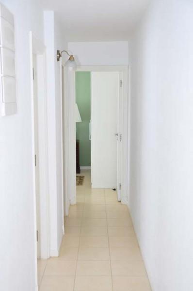 Apartamento Ref.180 - cuenta con: servicio de mucamas opcional, gimnasio, cancha de tenis, parrillero, piscina abierta y cerrada climatizada, sala de juegos para niños y adolescentes, sala de adultos, wi fi, recepción y vigilancia las 24 hs.