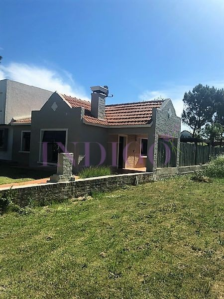 Casa Ref.330 - Cómoda casa en alquiler en Manantiales, amplio jardín con buen parrillero.