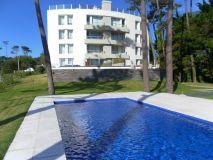 Apartamento de 2 dormitorios 2 baños en playa mansa, parrillero propio. Consulte!!!