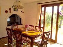 Muy linda casa de 4 dormitorios en Playa Mansa a media cuadra de la playa y con vista al mar.