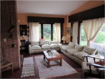 Casa en muy buena, ubicacion a 1 cuadra de la playa, cuenta con 4 dormitorios con living- comedor con estufa a leña, Parrillero y garaje. Consulte!!!!
