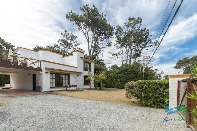 Punta del este, chalet en  Pinares, a pasos del mar, 4 dormitorios .