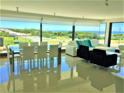 3 dormitorios en suite más dependencia de servicio en primera linea en Playa Brava.
