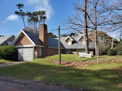 Hermosa casa en un entorno ideal en zona de paradas, a 300 mts del mar.