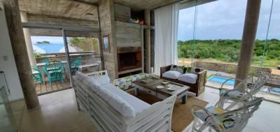 Casa en venta en La Juanita, desarrollada en dos plantas, en un torno rodeado de naturaleza. 3 dormitorios, 3 baños (principal en suite) toilette, living comedor con amplios ventanales, estufa a leña, cocina, piscina y cochera techada. Superficie de terreno 450 metros, edificados 150 metros.