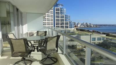 Piso alto en Playa Mansa con los amenities funcionando todo el año