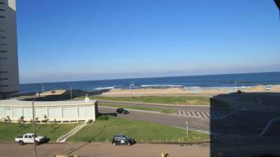 Frente al mar en pda. 3 de Playa Brava con linda vista y todos los servicios