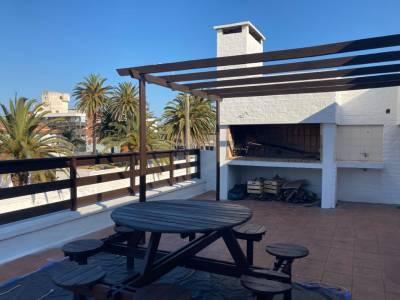 Amplia terraza con parrillero, a metros del Puerto