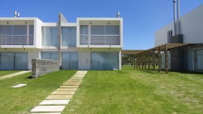 Barrio privado, moderna casa con los servicios del complejo