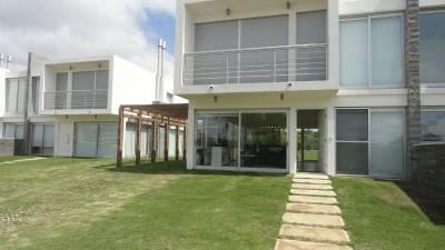 Barrio privado, moderna casa con parrillero