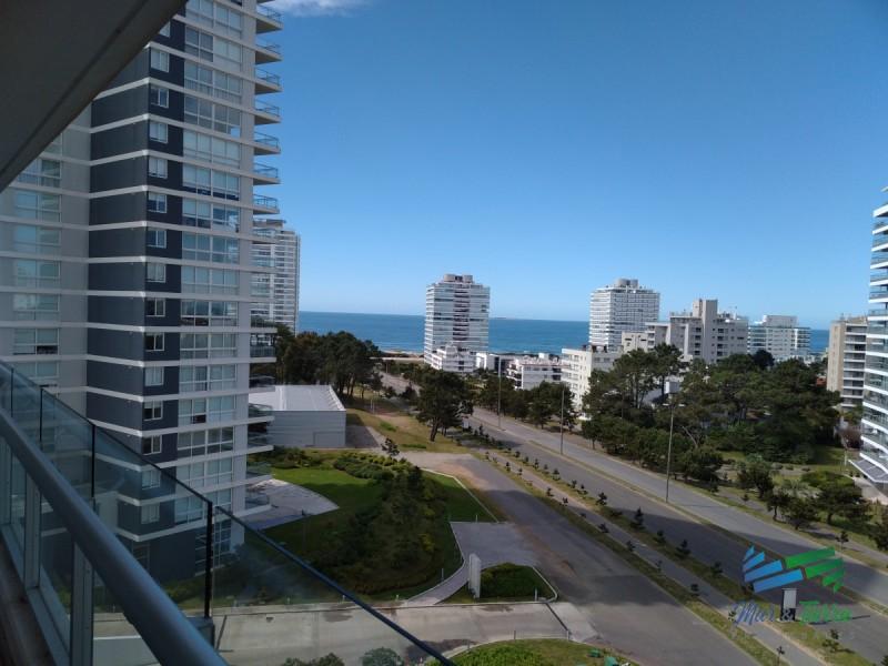 Vendo apartamento 4 dormitorios, edificio con servicios, Punta del Este.