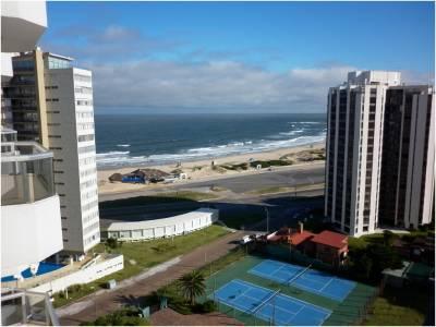 Buen edificio con servicios, a 100 metros de playa brava