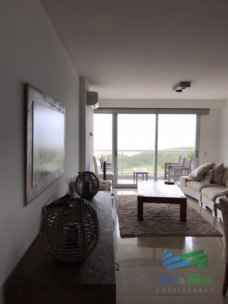 ¡Espectacular apartamento pasante con vistas inigualables hacia el océano y parque arbolado!