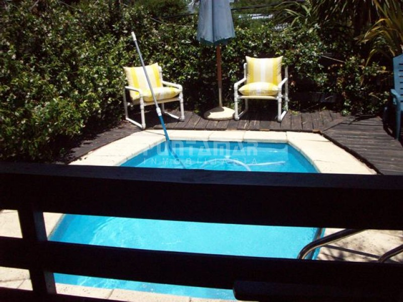 Casa ID.211957 - Casa en venta en Playa Mansa, dos dormitorios mas dependencia de servicio y piscina