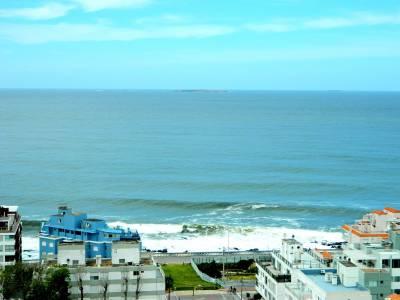 Piso alto con excepcional vista a Playa Brava y Mansa !!!