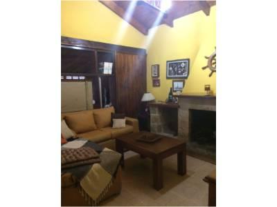 Casa principal 2 dormitorios, baño, jacuzzi + 2 apartamentos cada uno con 1 domitorio, living, cocina y baño.Oportunidad ideal para renta