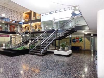 Alquiler y venta de local en Punta del Este, Península, en Galería