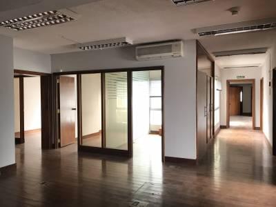 Amplia oficina en piso alto con hermosas vistas